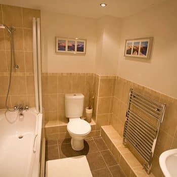 Chaucers Retreat Main Bathroom